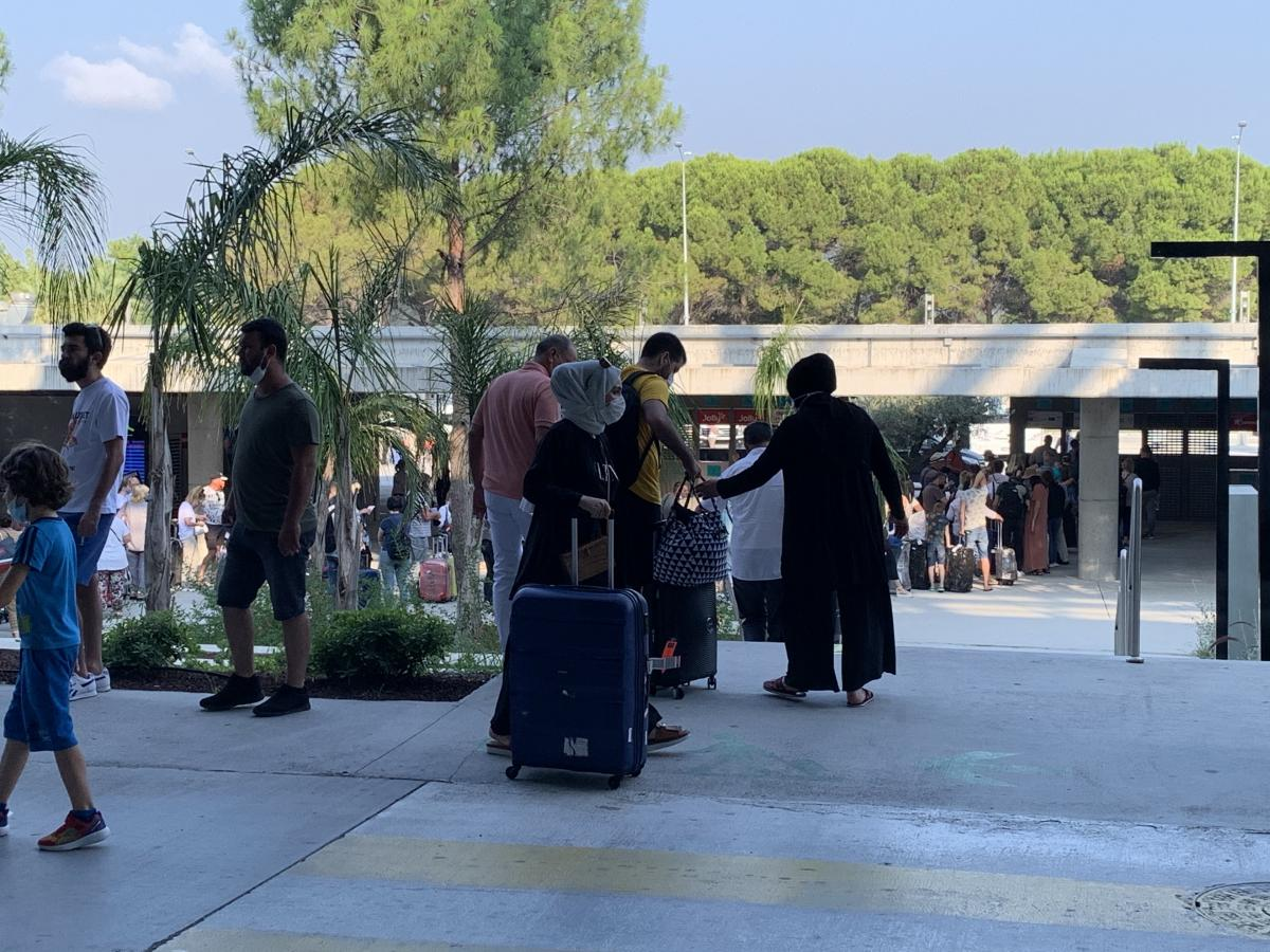 Выйдя из аэропорта на улицу, замечаешь, насколько более ответственно в Турции относятся к масочному режиму, чем в Украине