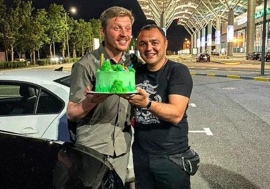 Мандрівника в аеропорту зустріли близькі та друзі / фото facebook.com/ruslanverin