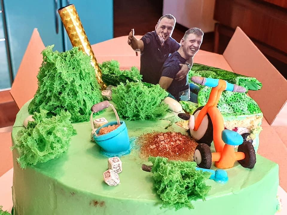 Мандрівника зустріли з тортом / фото facebook.com/ruslanverin