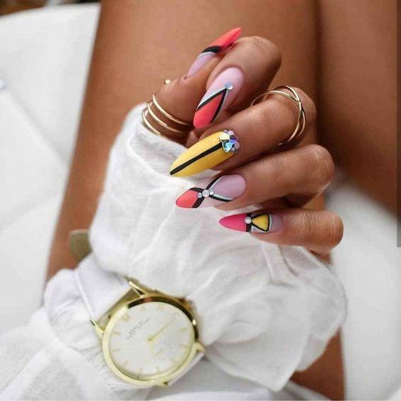 Геометрия на ногтях / фото pinterest.com