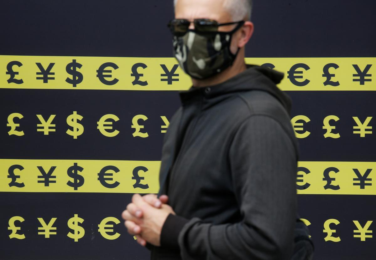 Гривня после выборов возобновила падение к доллару и евро / REUTERS
