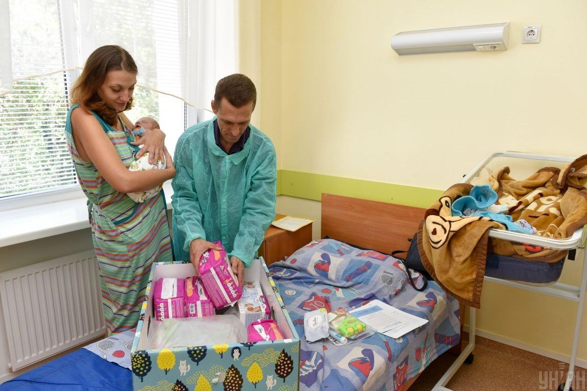 """В Украине снова будут выдавать """"пакеты малыша"""" / фото УНИАН"""