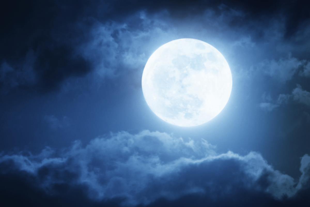 """Завтра в Україні можна буде спостерігати """"блакитний Місяць"""" / фото ua.depositphotos.com"""