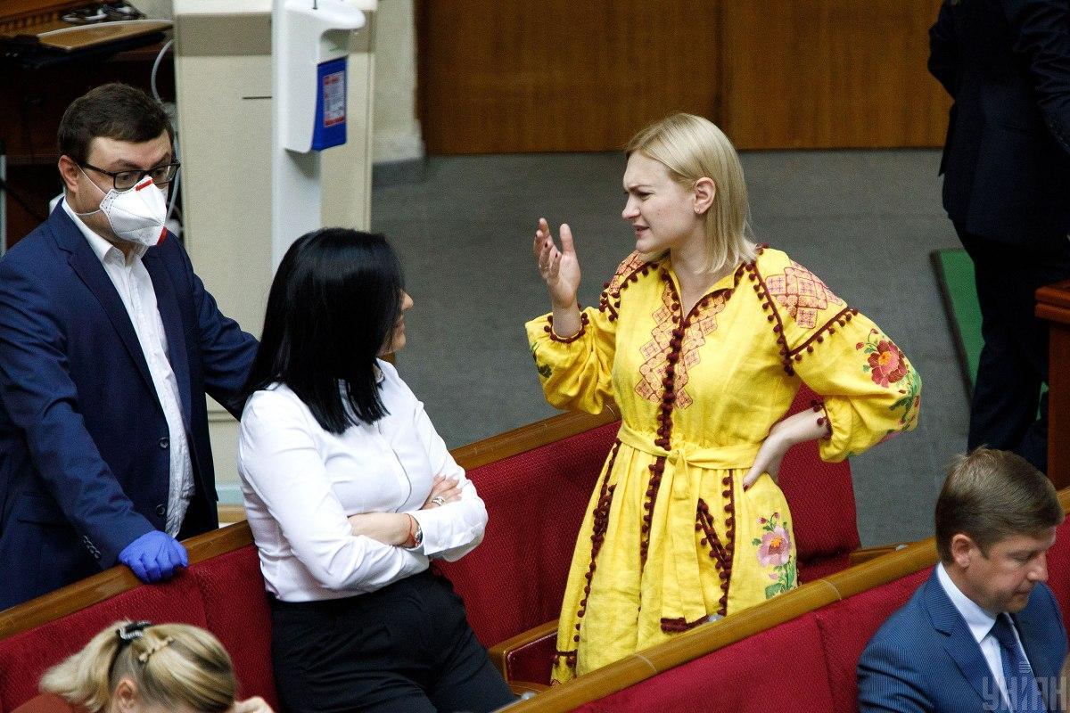 Нестильное желтое платье / фото УНИАН
