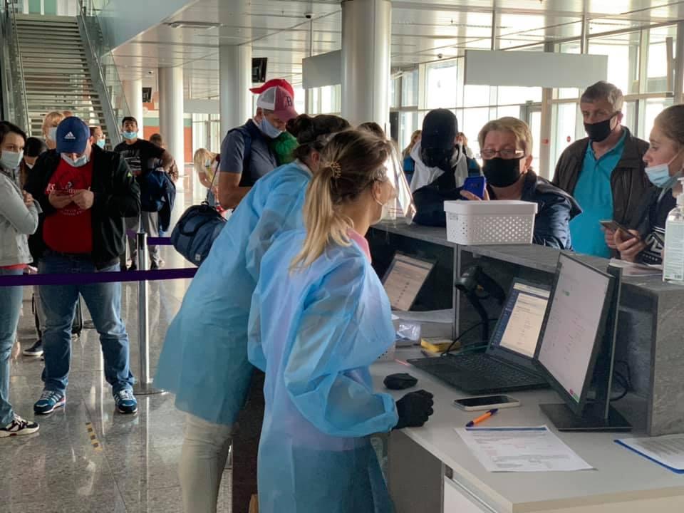 """Туристи з """"червоної зони""""повинні мати поліс медичного страхування, а також зобов'язані піти на 14 днів на ізоляцію / фото facebook.com/lvivinternationalairport"""
