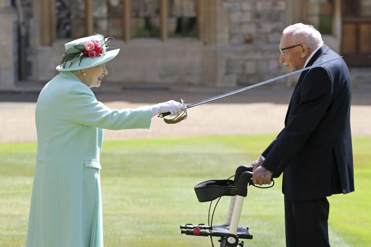 Королева Елизавета для посвящения в рыцари использовала меч, принадлежавший ее отцу, Георгу VI / tsn.ua