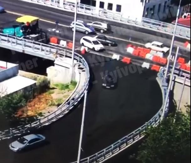 Асфальт на Шулявском мосту начали укладывать только вчера/ скриншот из видео