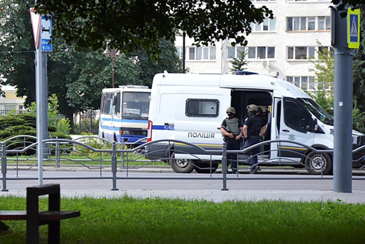 Место захвата автобуса в центре Луцка / REUTERS