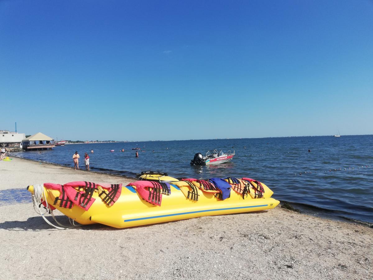На пляжах Бердянска есть и развлечения, и спасатели / фото Марина Григоренко