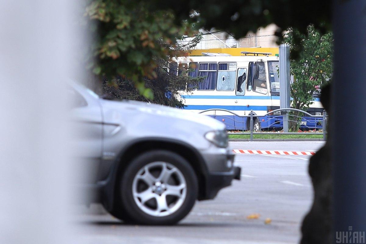 Мужчина забаррикадировался с заложниками в автобусе / фото УНИАН