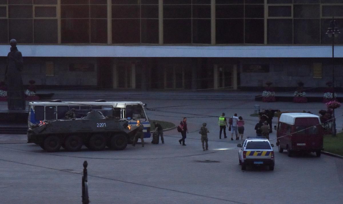 БТР на месте освобождения заложников / фото REUTERS