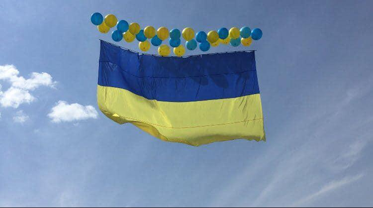 В небо запустили большой флаг Украины / фото Влад Иванов, Facebook