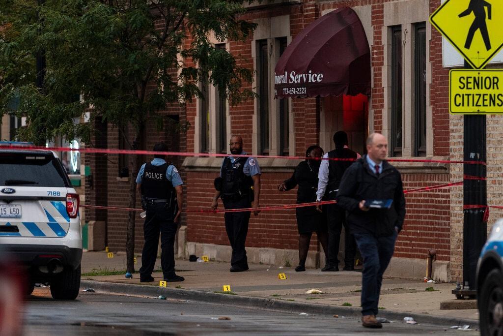 В США открыли огонь по похоронной процессии / Фото Tyler Lariviere/Chicago Sun-Times, via Associated Press