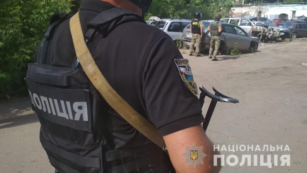 Мужчина угрожает взорвать гранату / фото pl.npu.gov.ua