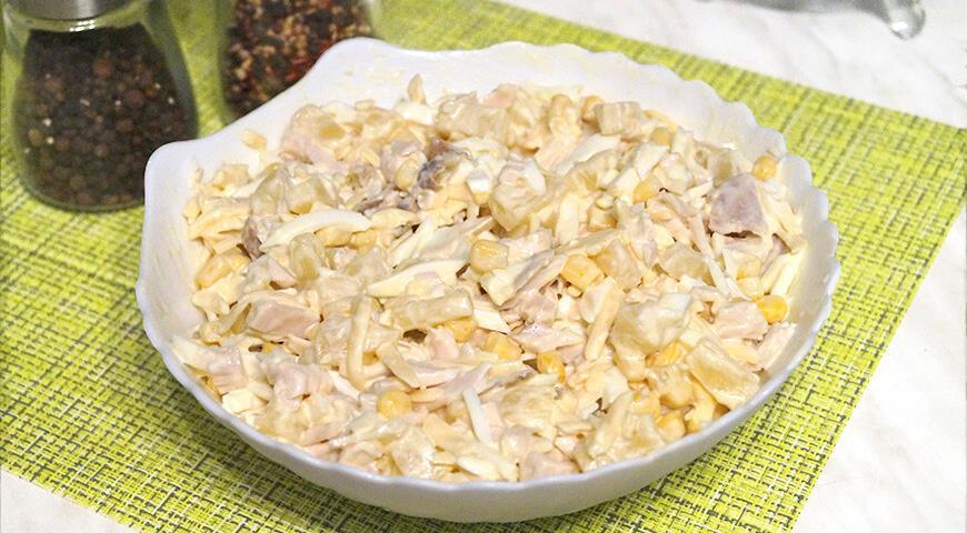 Как приготовить салат с курицей и ананасами / фото gastronom.ru