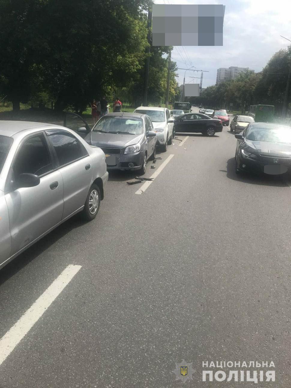 В Харькове произошло ДТП с пятью машинами / фото Нацполіція