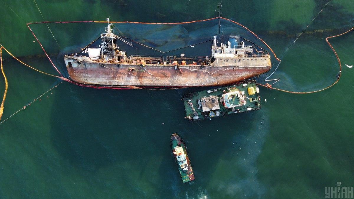 """Буксиры """"дернули"""" аварийный танкер, но тросы не выдержали нагрузки/ УНИАН"""