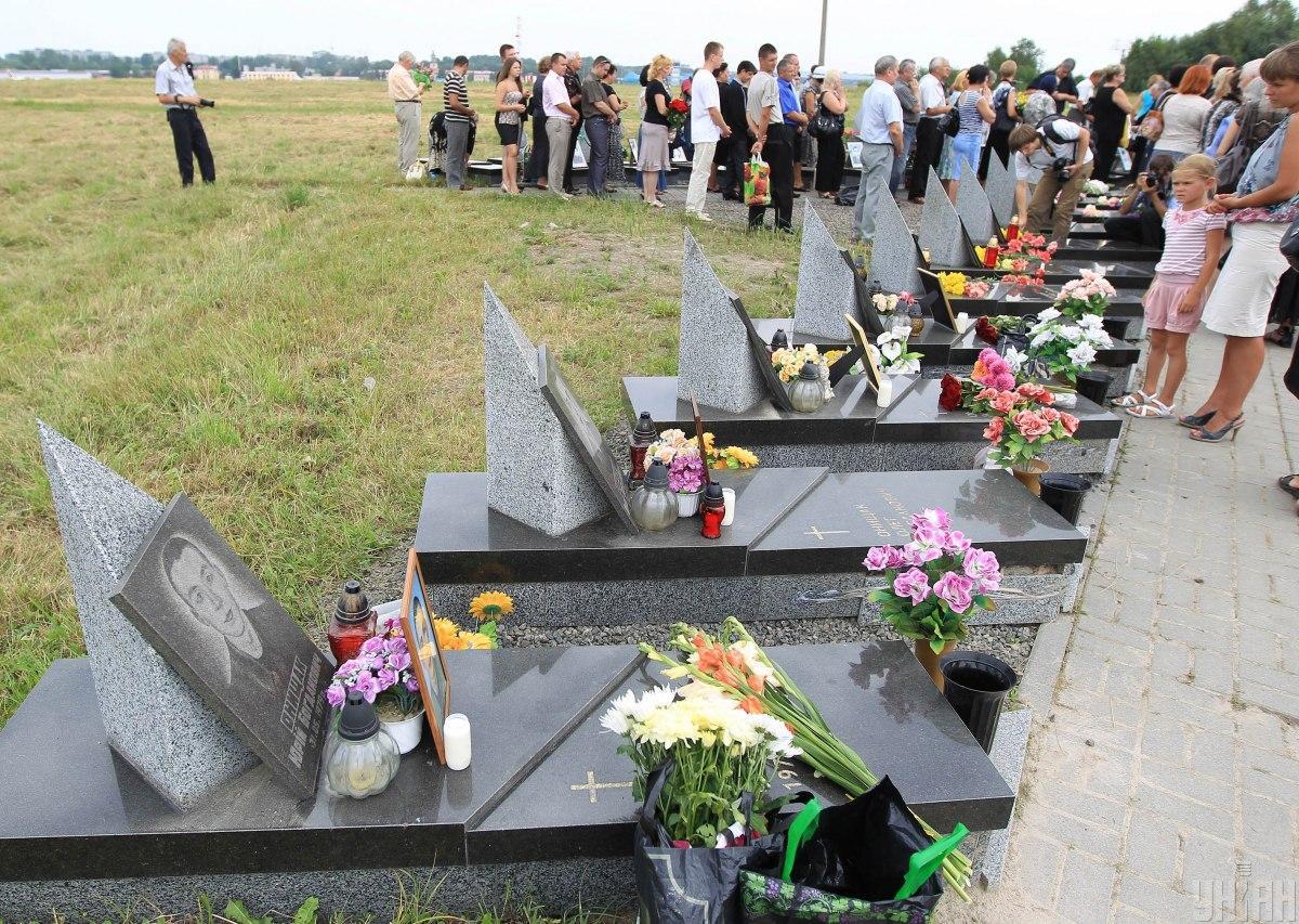 Внаслідок падіння винищувача Су-27УБ у натовп глядачів, загинуло 77 осіб \ УНІАН