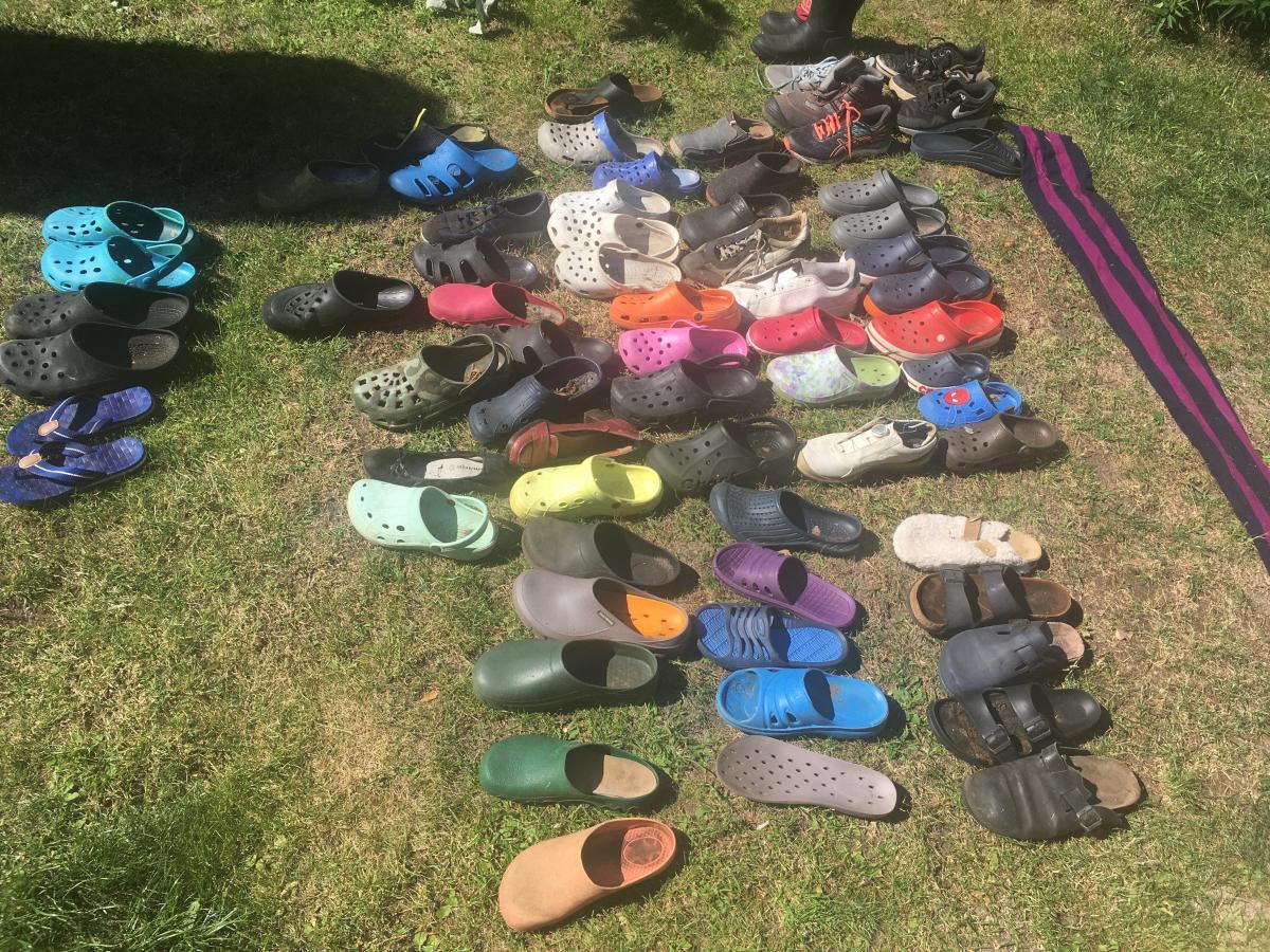 Мужчина нашел тайник с почти сотней единиц обуви/ фото twitter.com/FHackenbruch