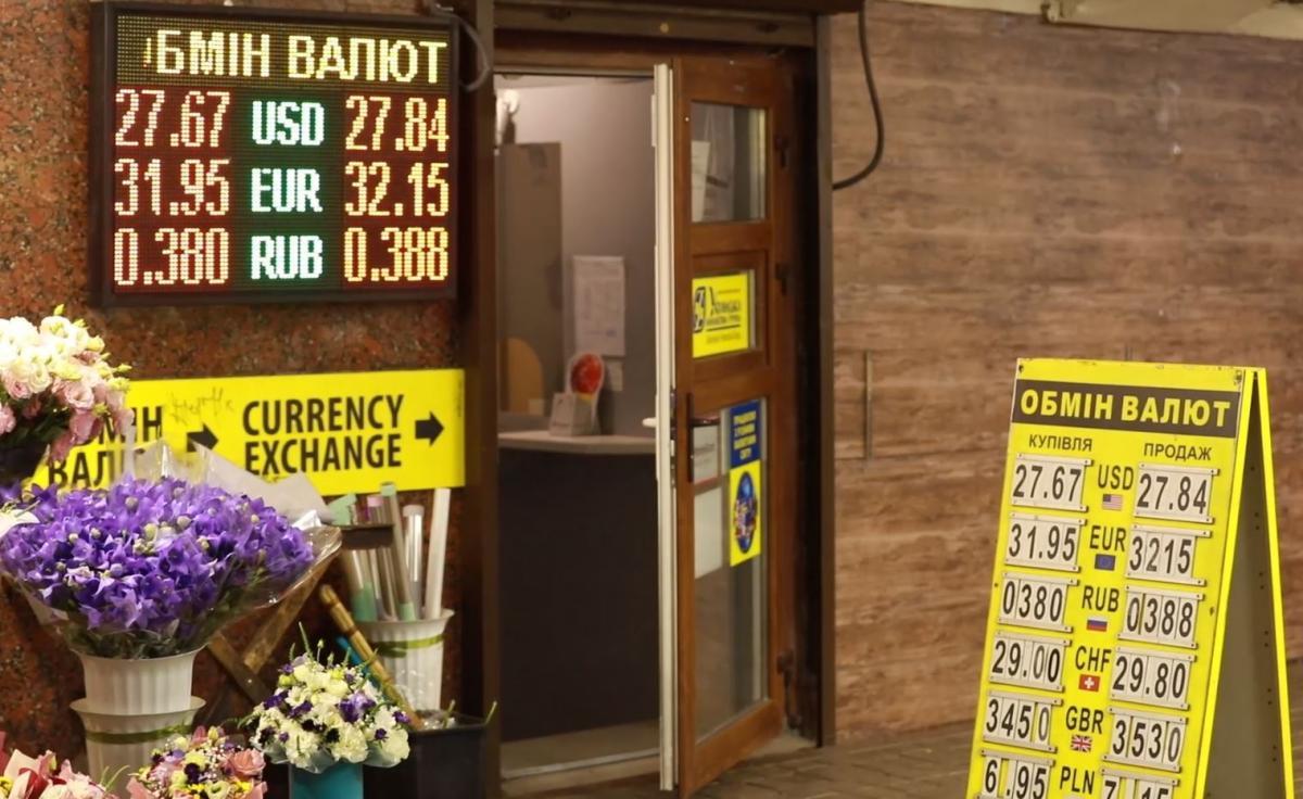 В обмінникахза долар беруть вжемайже 28, за євро – понад 32 гривні