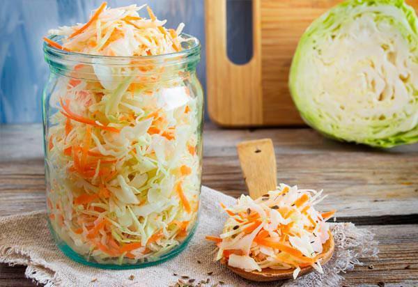 В условиях квартиры удобнее всего готовить квашеную капусту вбанках / vseretsepti.ru