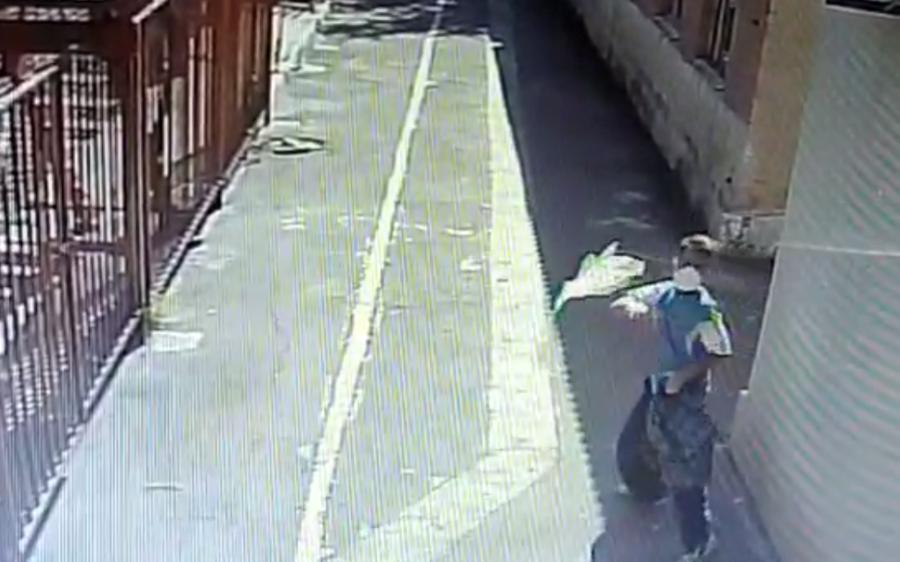 Нападавший бросает мусор в сторону здания синагоги / Скриншот JewishNews