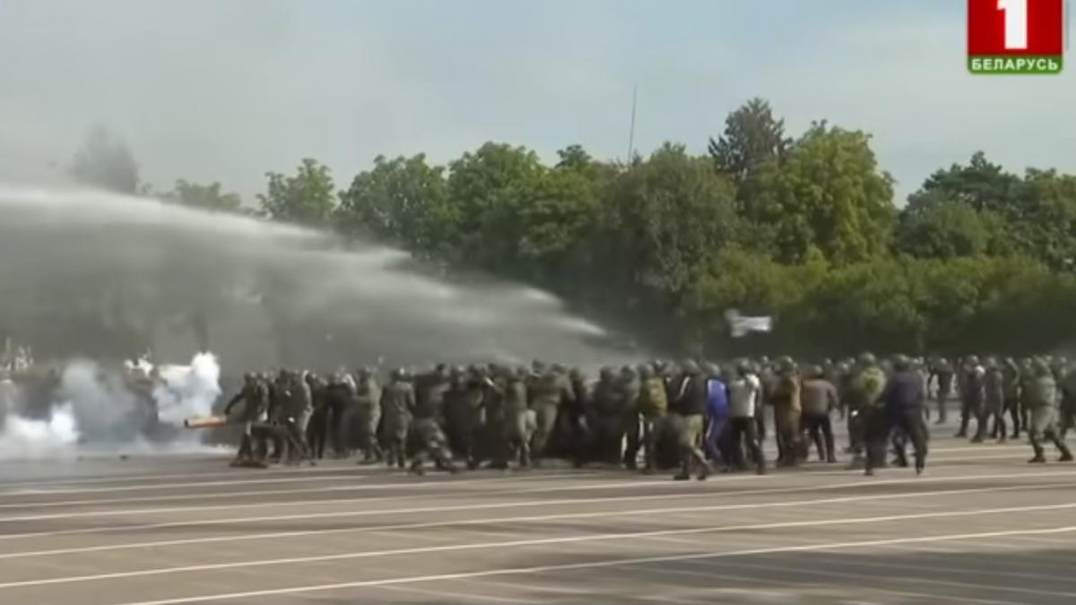 В ходе показательных учений массовку облили водой с водомета/ скриншот из видео