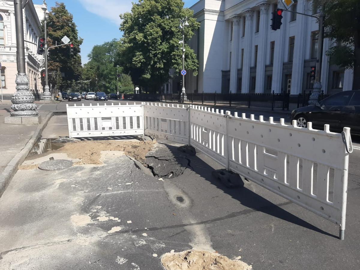 Провал появился из-за прорыва трубопровода / фото КП ДЭУ Печерского района