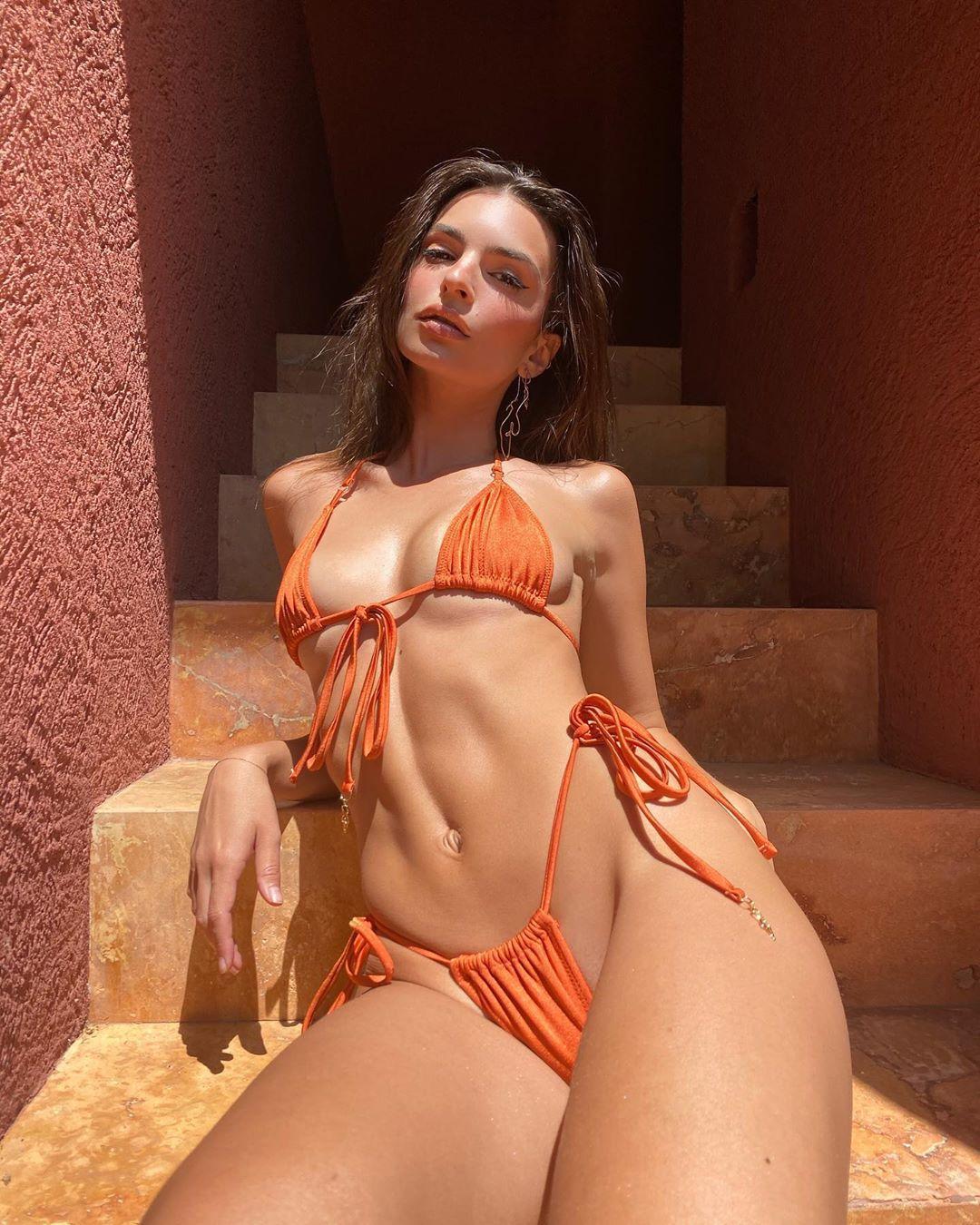 Полуголая Эмили Ратаковски снялась в новом бикини / фото instagram.com/emrata