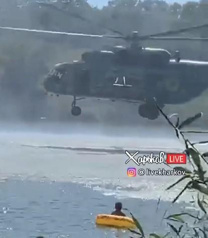Военный вертолет напугал отдыхающих / скриншот из видео