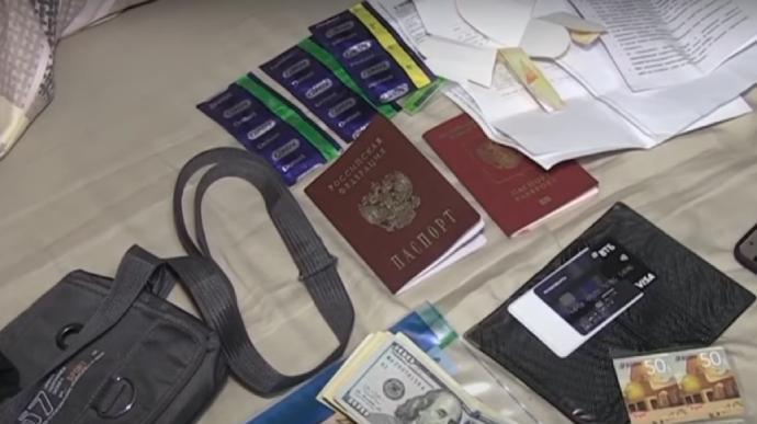 Серед вилученого у бойовиків знайшли, зокрема, російські паспорти та презервативи / Скріншот