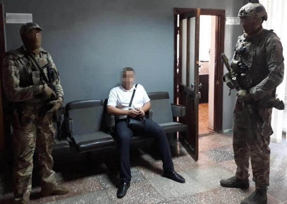 Під час обшуків правоохоронці вилучили готівку, банківські картки і документи / facebook.com/SecurSerUkraine