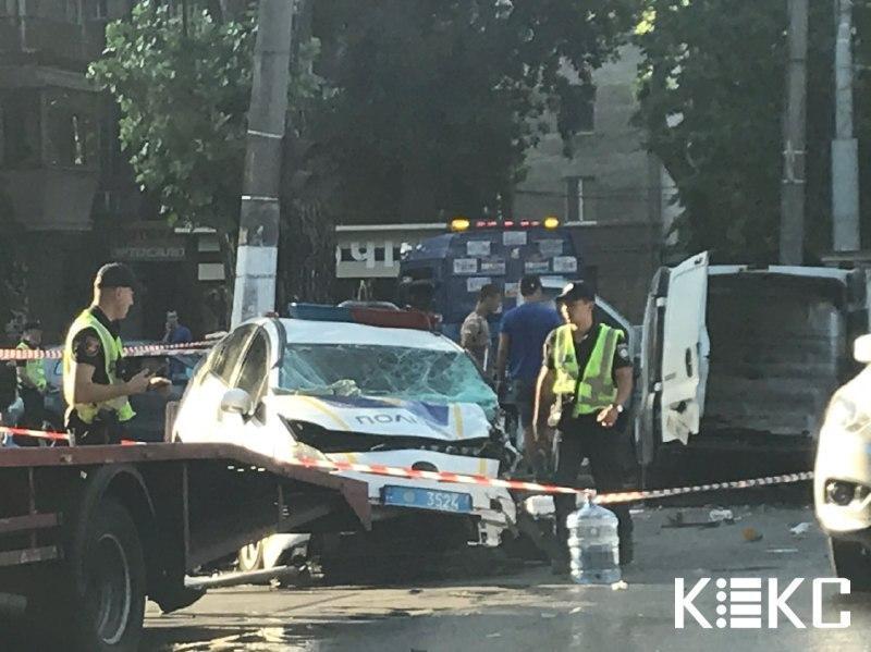 В Одессе полностью разбился автомобиль патрульных (фото kekc.news)