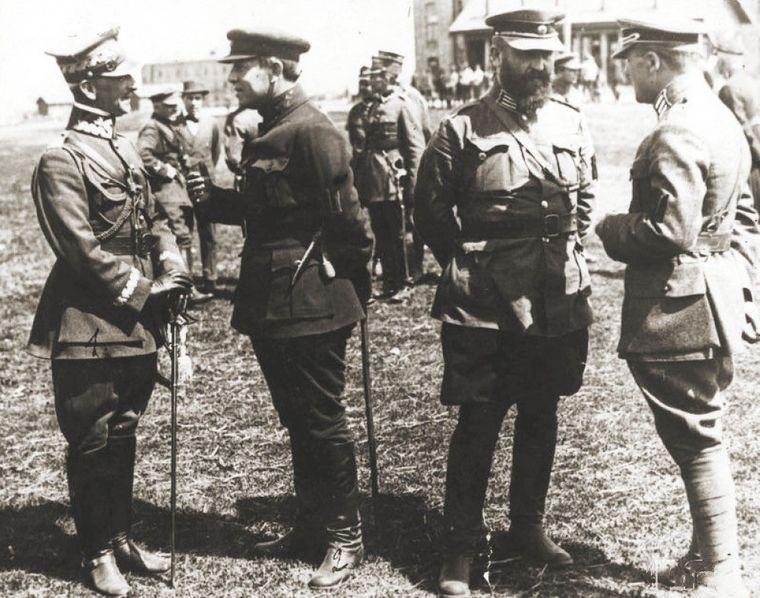 Марко Безручко (крайний справа) обсуждает с полковником Владимиром Сальским операцию по освобождению Киева от большевиков, Бердичев, апрель 1920 года / Фото: Посольство Украины в Польше