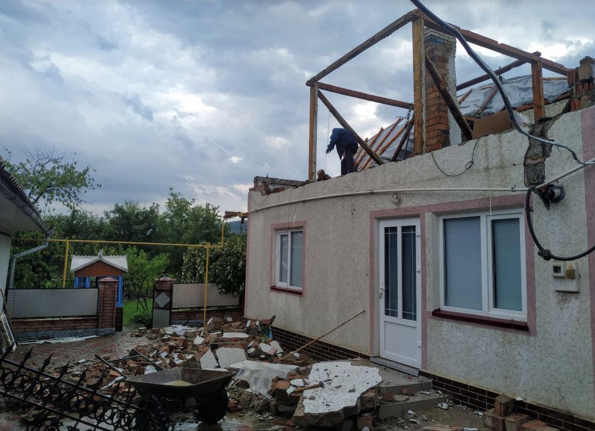У Чернівецькій області буревій позривав дахи та повалив дерева / storozhynets.info