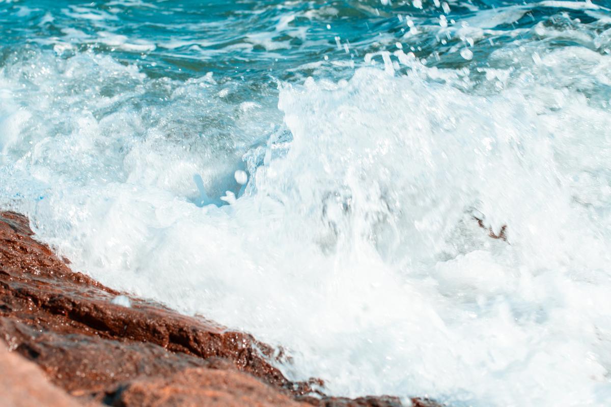 Під поверхнею води були камені/ Фото ua.depositphotos.com