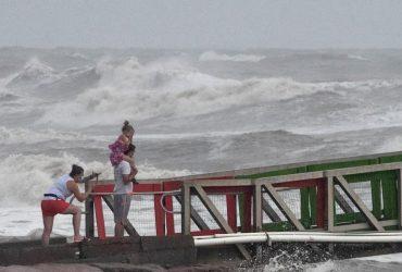 """Тропический шторм """"Синлаку"""" обрушился на Вьетнам"""