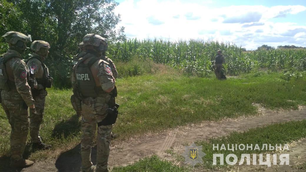 23 июля в Полтаве 32-летний ранее судимый Роман Скрипник, которого подозревают в незаконном завладении транспортным средством, угрожая гранатой, захватил сотрудника уголовного розыска / npu.gov.ua