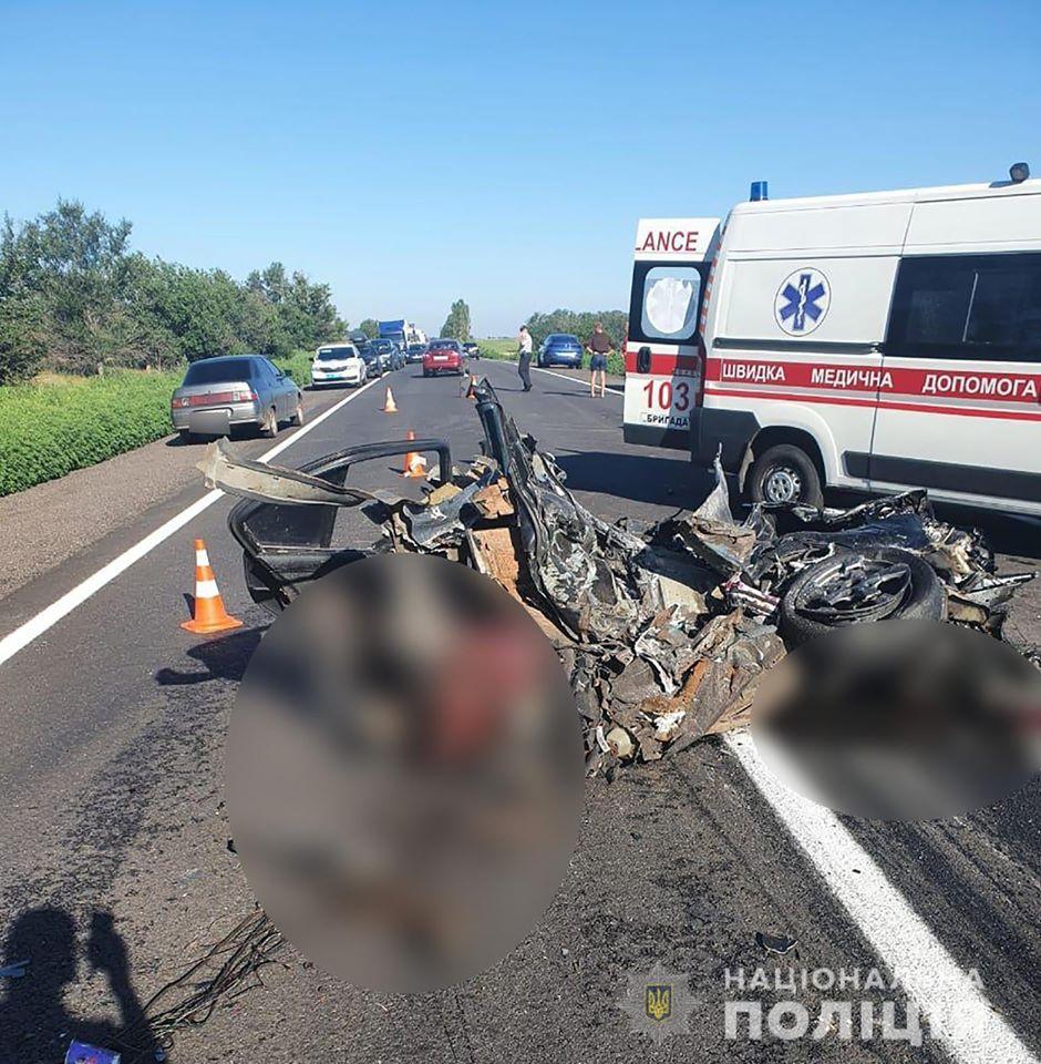 В Запорожской области в результате столкновения легкового автомобиля с грузовиком погибли четыре человека / фото facebook.com/vkgunpzp