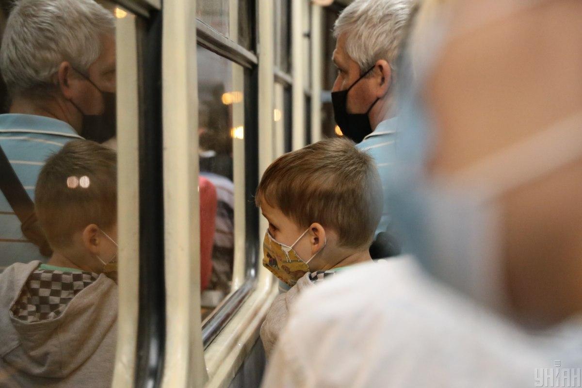 Маски, по словам Комаровского, нужны больным, чтобы они не заражали окружающих своими выделениями, чихая и кашляя / фото УНИАН