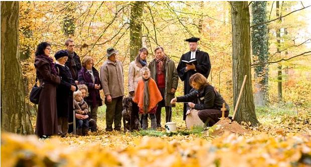Заупокійна молитва на зеленому ліс-кладовищі FriedWald (ФРН)