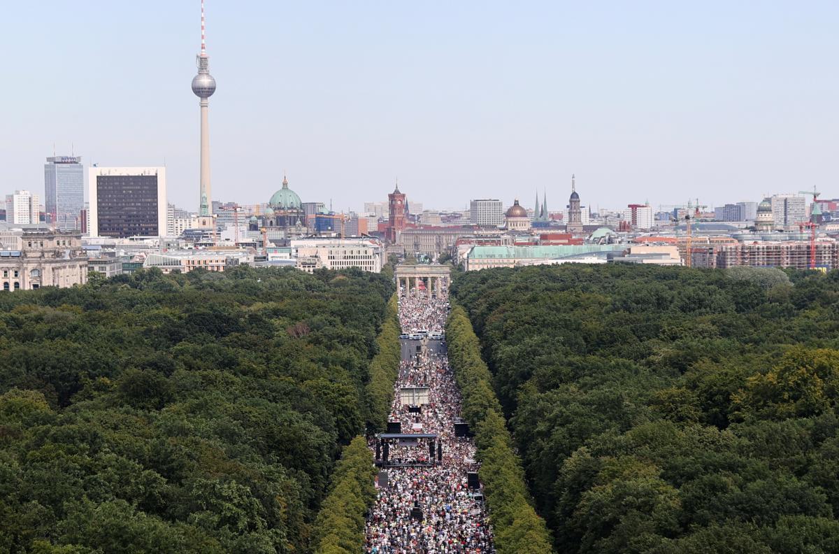 В Берлине около 17 тысяч людей протестовали против коронавирусных ограничений / REUTERS