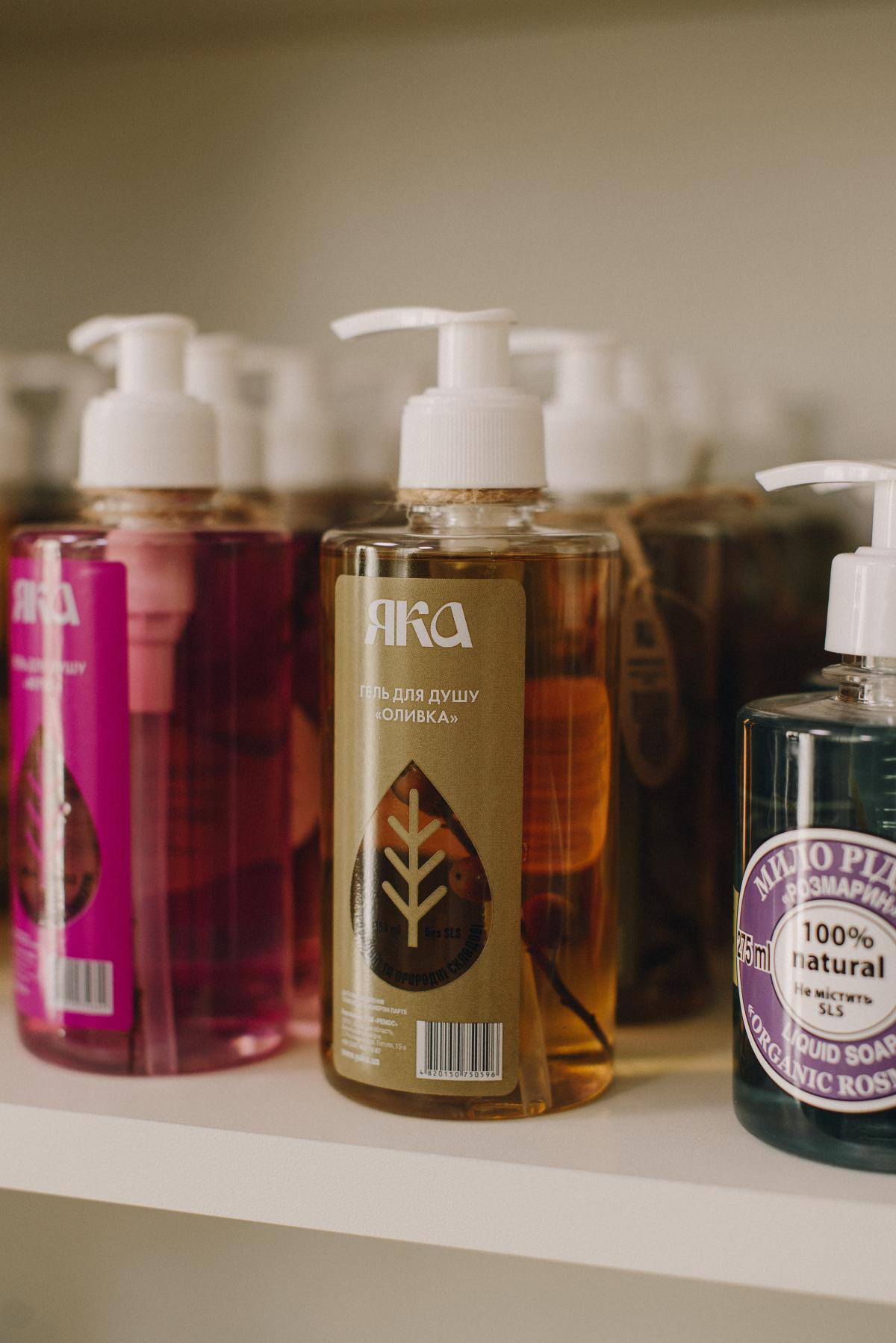 Натуральное средство для мытья волос обычно не имеет в своем составе сульфата натрия (SLS), поэтому мылится не так хорошо, как шампуни измассмаркета / фото ЯКА