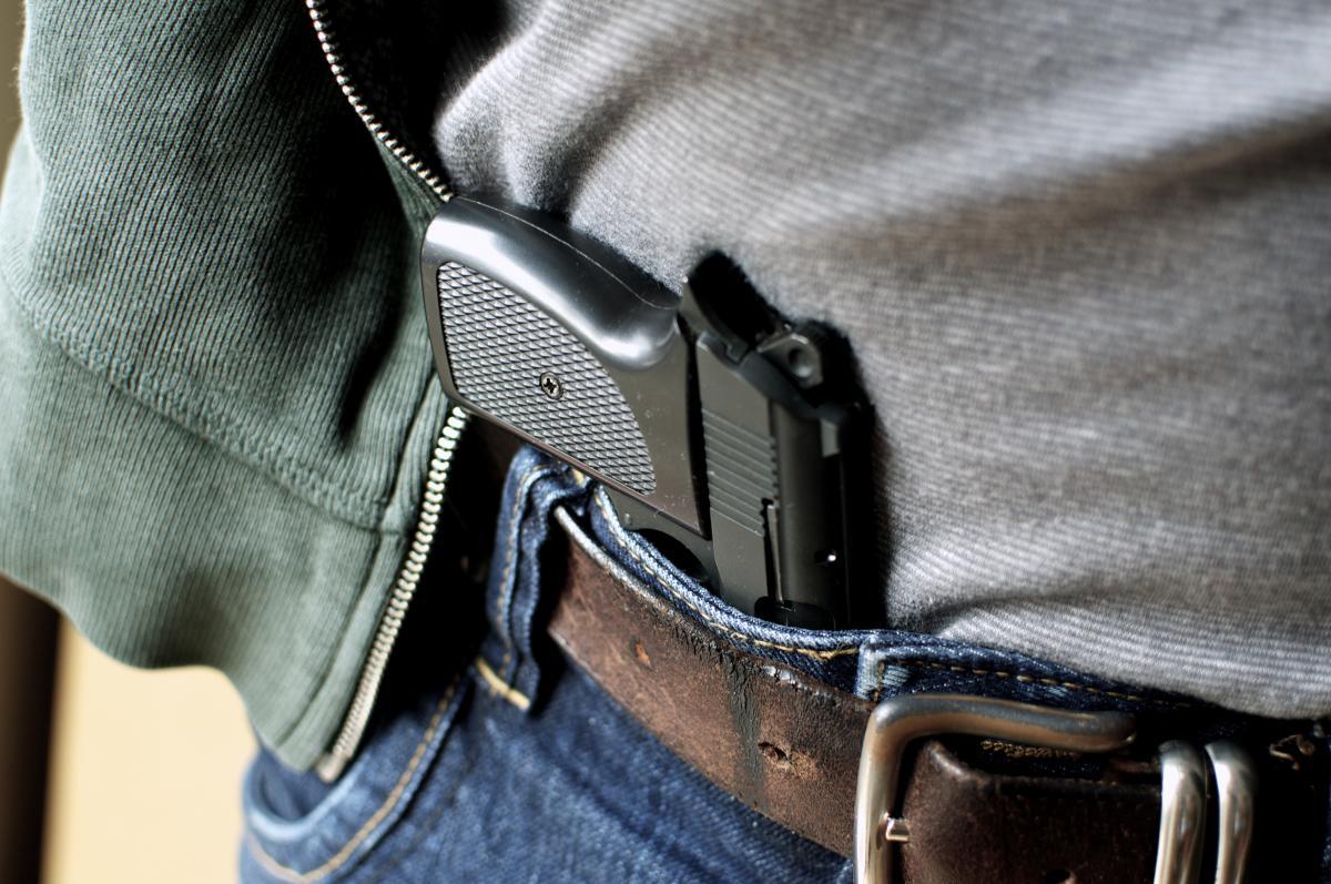 У чоловіка вилучили предмет, схожий на пістолет, та ніж / фото ua.depositphotos.com