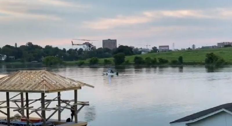 Трое пассажиров выжили, на спасение четвертого отправили спасательную службу с лодками и вертолетом / Скриншот