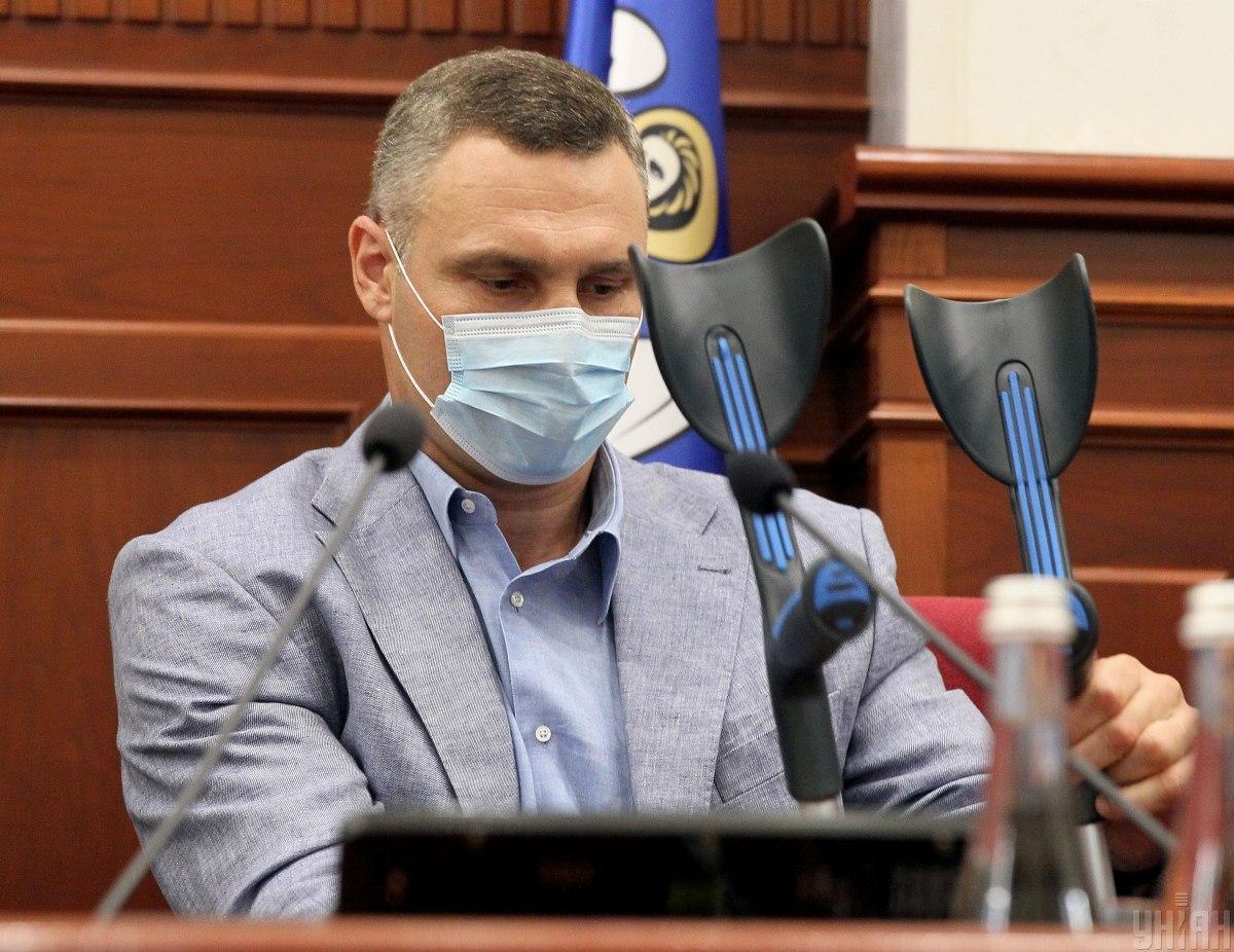 Почему Кличко ходит на костылях, рассказал блогер / фото УНИАН
