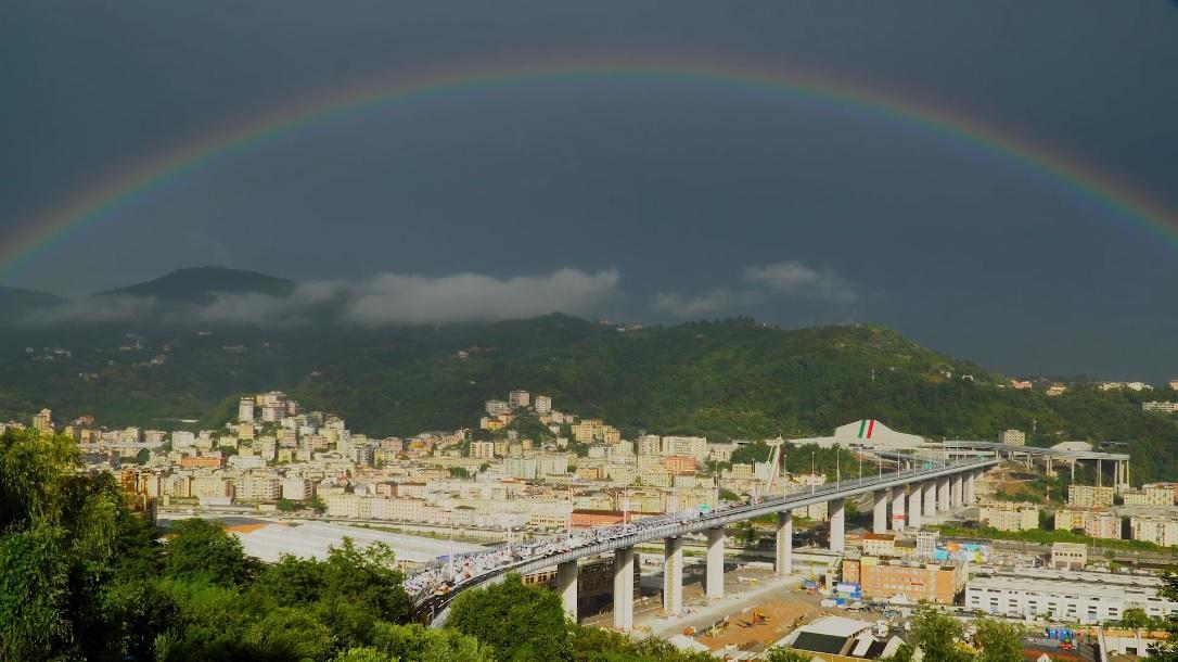 """Веселка над мостом """"Сан-Джорджо"""" в Генуї / скріншот"""