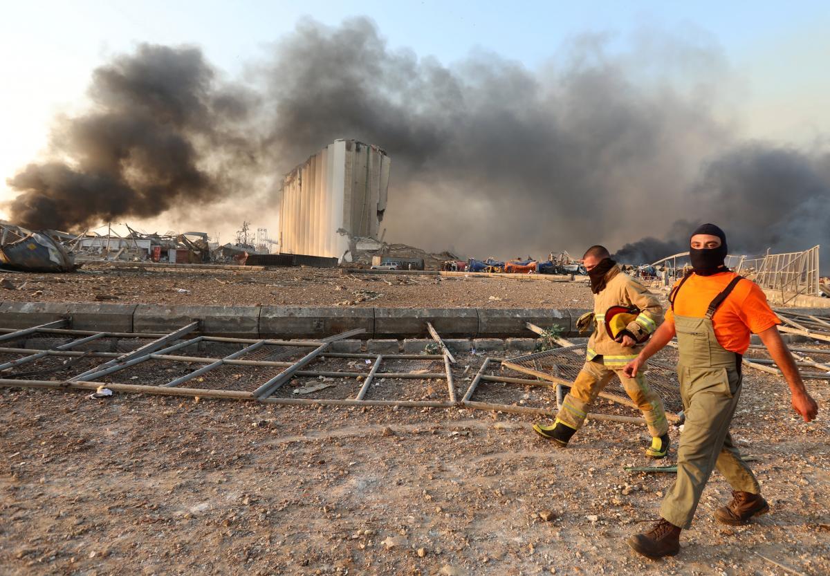 Мощный взрыв прогремел в районе морского порта Бейрута вечером 4 августа/ фото REUTERS