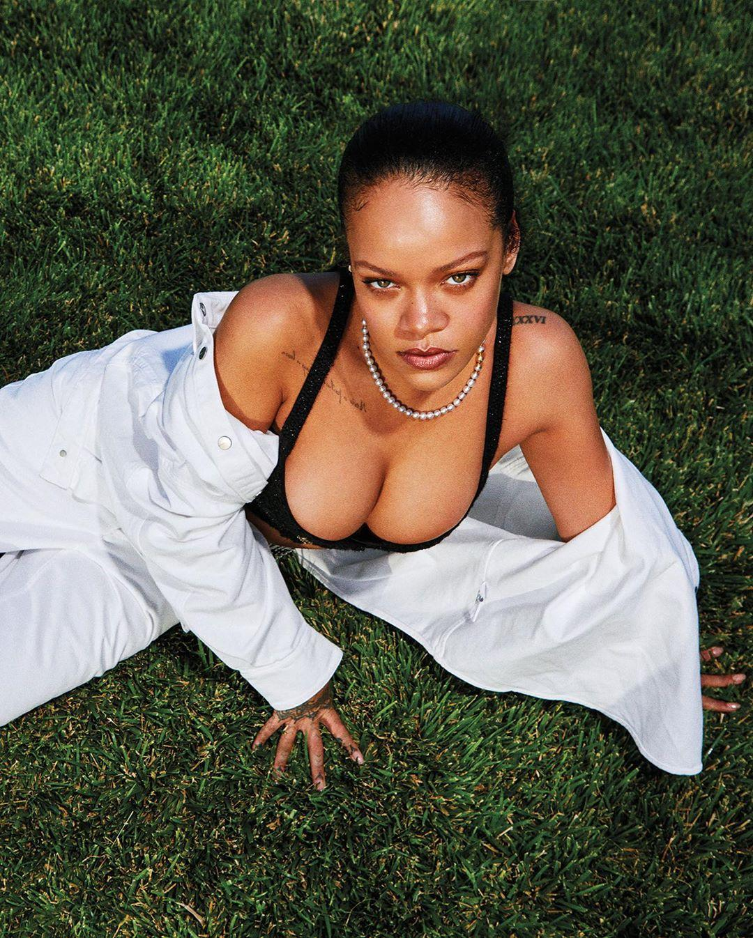 Співачка позувала у дворі будинку у спідній білизні / фото Harper's Bazaar