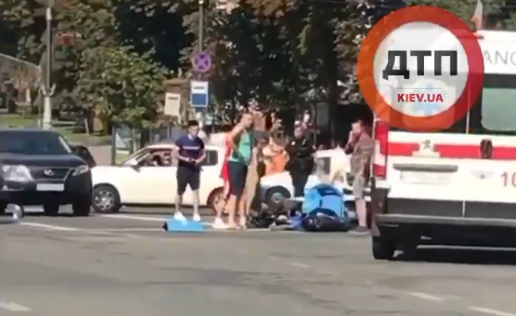 На месте аварии работают медики и полиция / скриншот видео
